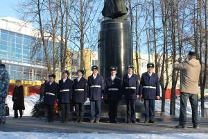 Торжественная церемония возложения цветов к памятнику Михаилу Фрунзе.